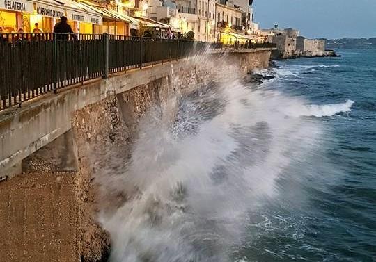 La magia delle onde su Lungomare Alfeo(ph. Paola Sole)