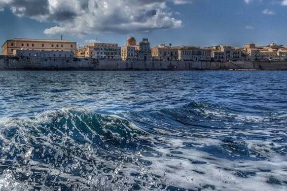 Mare di levante con vista di Ortigia (Ph. Paola Sole)