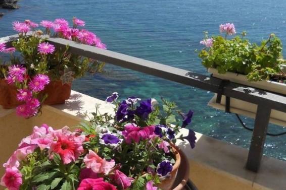 Terrazza su via Riviera Dionisio il Grande ( Ph. Mariaelena Caligiore)