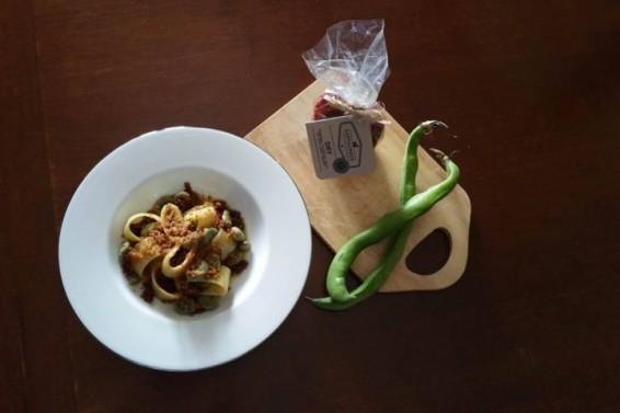 Calamarata con fave capuliato e mollica (Ph. Cristina Silvestro)