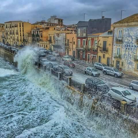 """Ortigia – Lo """"show della neve dal mare"""" che impazza in tutto il mondo."""