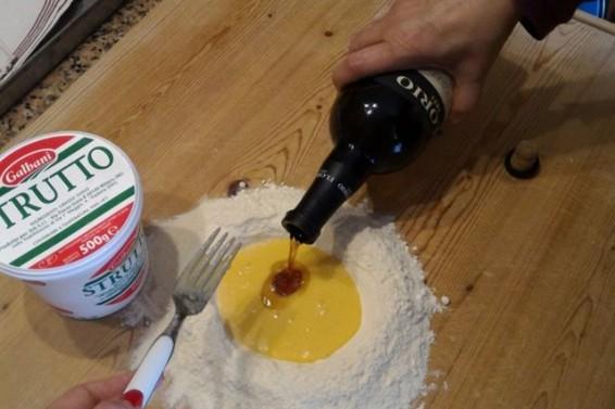 Marsala versato su preparato cassatine ( Ph. Cristina Silvestro)
