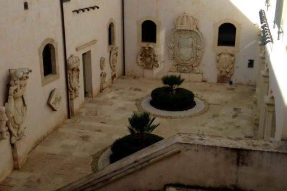 cortile-palazzo-bellomo-ph-carmela-giansiracusa